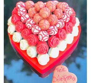 Sürpriz doğum günü / Lezzetli Çikolata kaplı Kek ve Truffle Kalp Görünümlü