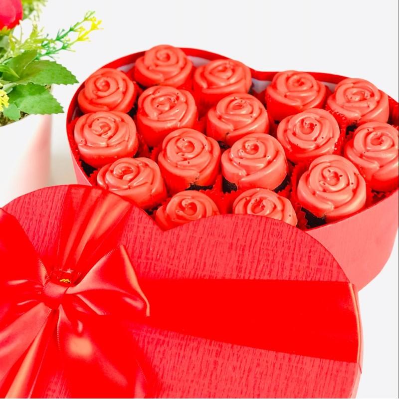 Kalpli gül kutusu /  Lezzetli Çilek Çikolatalı Fındıklı Kek Buketi