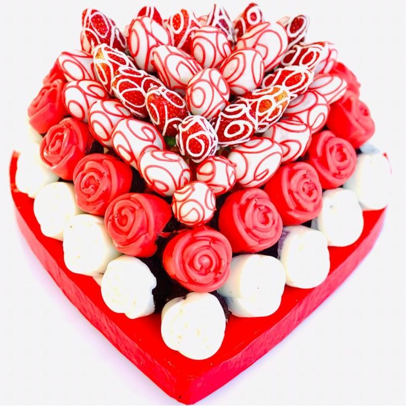 Kalbimin Sesi / Lezzetli Çikolata kaplı Kek ve Çikolata Kaplı Çilek Kalp Görünümlü